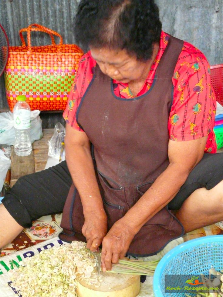 Zitronengras wird auf dem Markt fein geschnitten verkauft