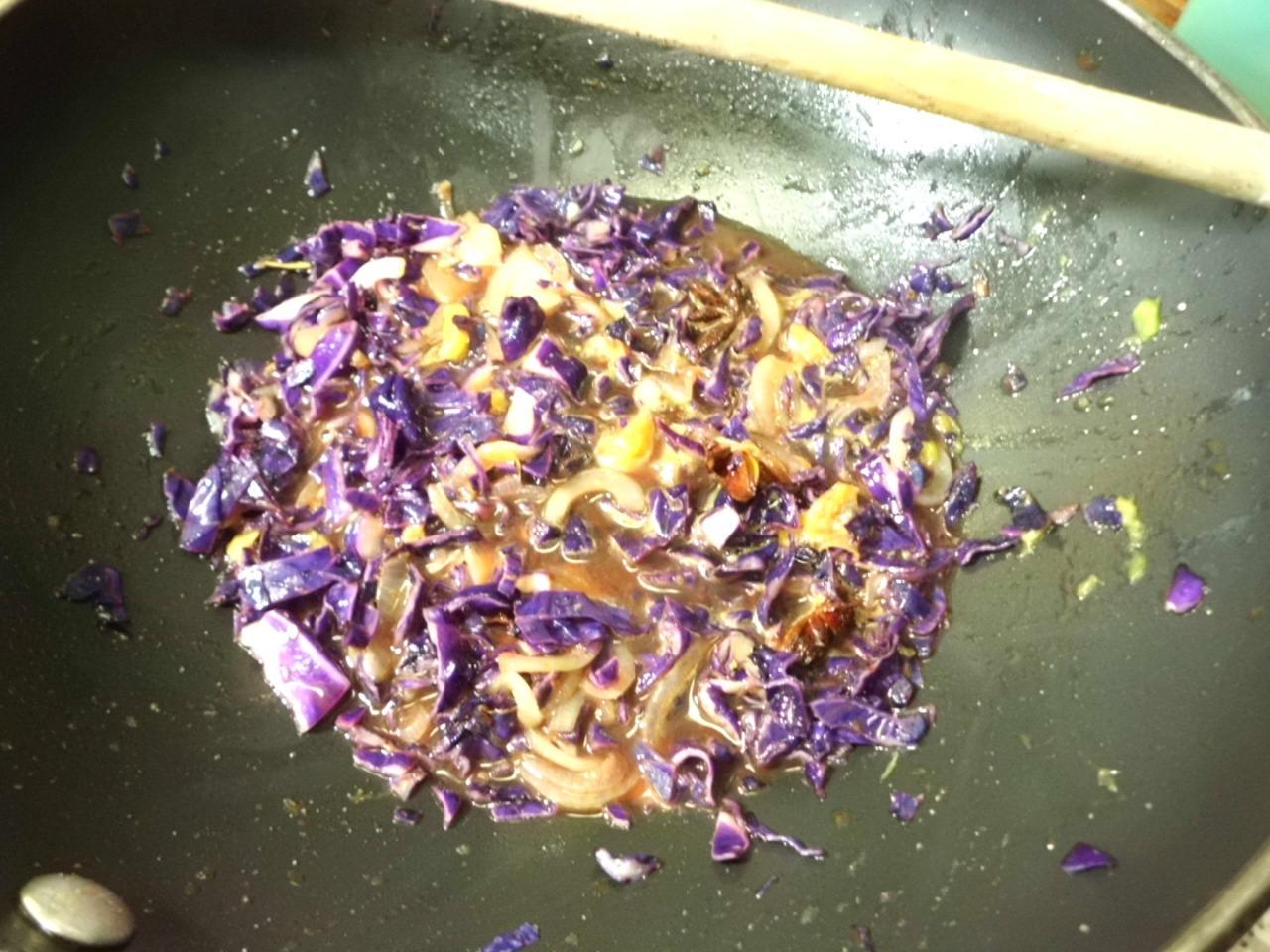 die Gewürze und Orangensaft,Sojasauce unterrühren und köcheln lassen die Flüßigkeit sollte einkochen