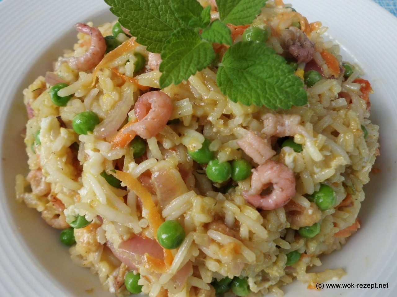 fertig gebratener Reis mit Krabben