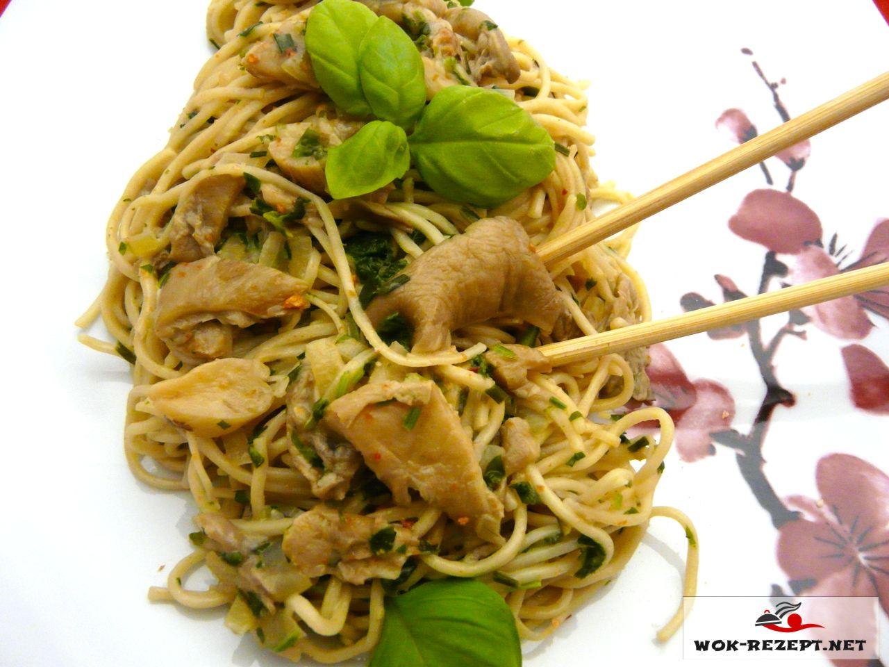Asia Eiernudeln vegetarisch mit Austernpilzen in Kokosmilch.