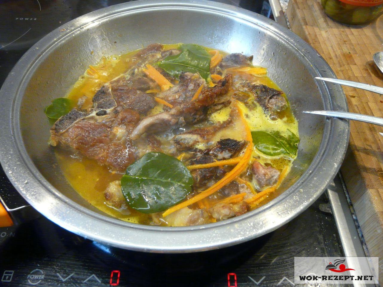 Eine Fleischbrühe kochen aus den Knochen