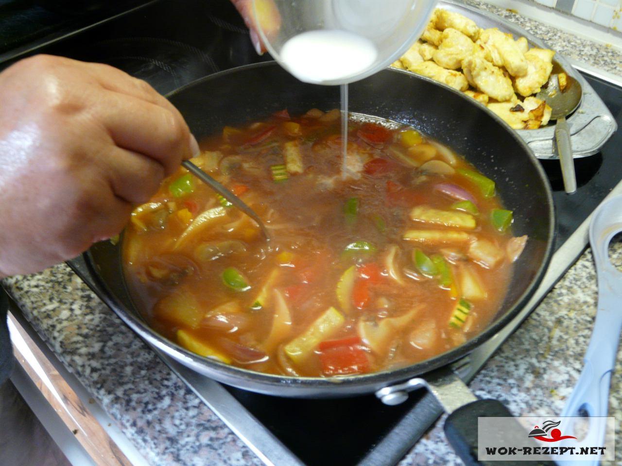 Sollte die Sauce zu dünnflüssig sein andicken mit Speisestärke.