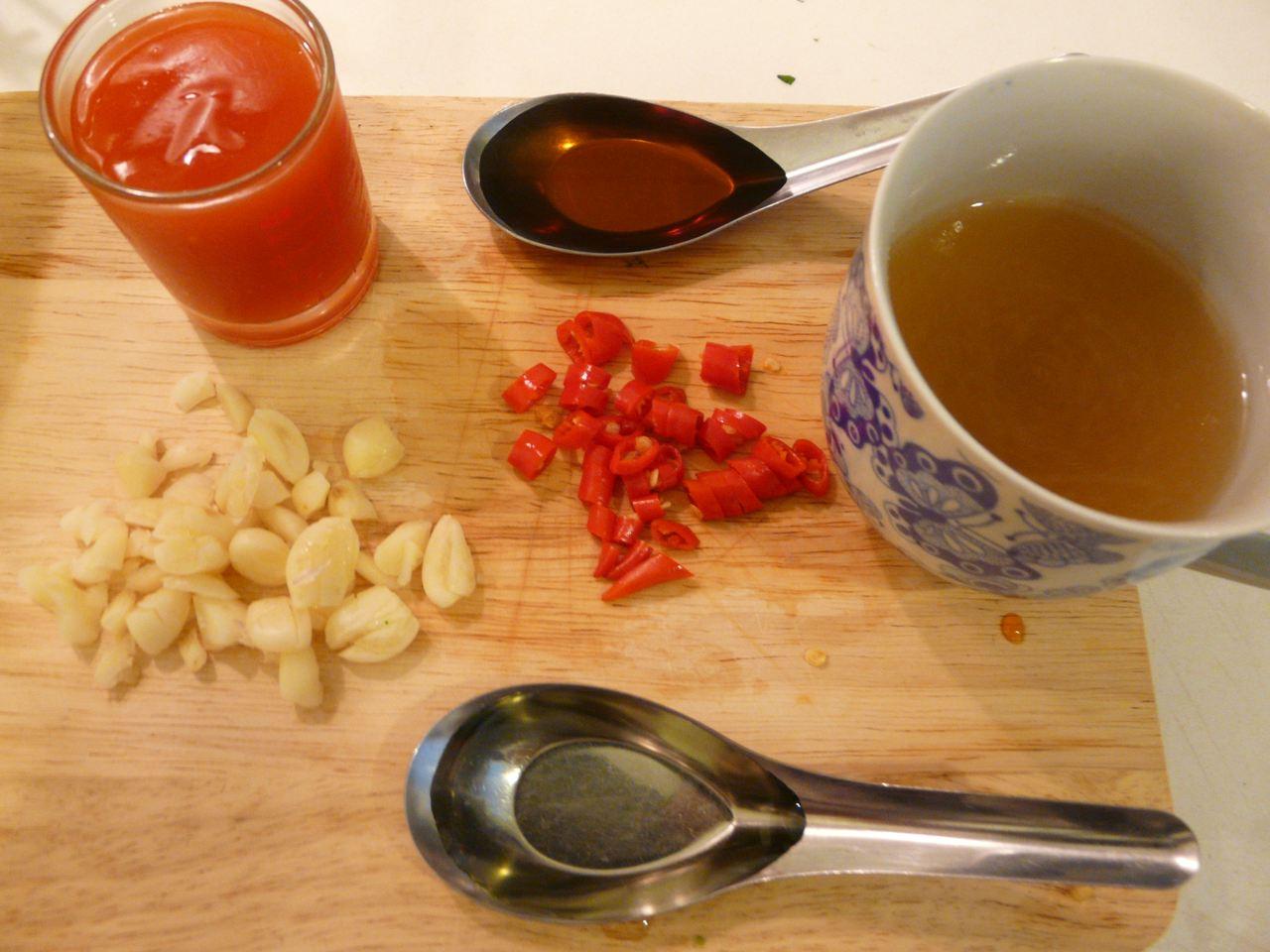 Zutaten Chiliketchup,Fischsauce, Öl, Brühe,  Knoblauch und Chili