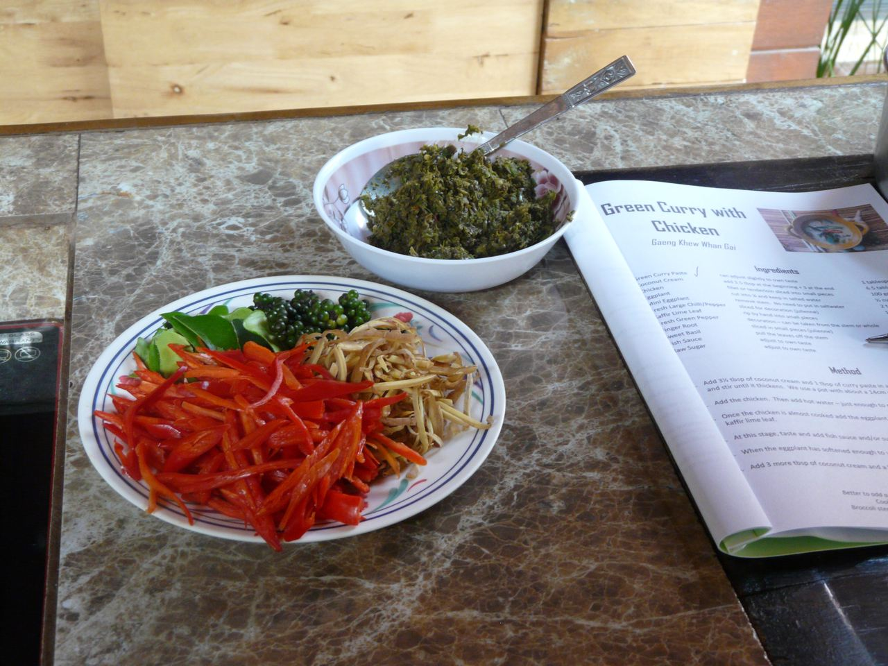 Hier nochmal die wichtigsten Zutaten Green Curry Paste und Gemüse