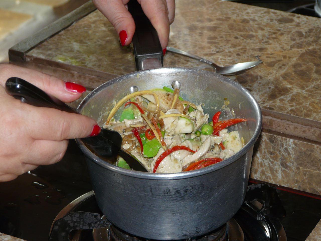 Noch abschmecken und dann servieren Green Curry Paste Chicken