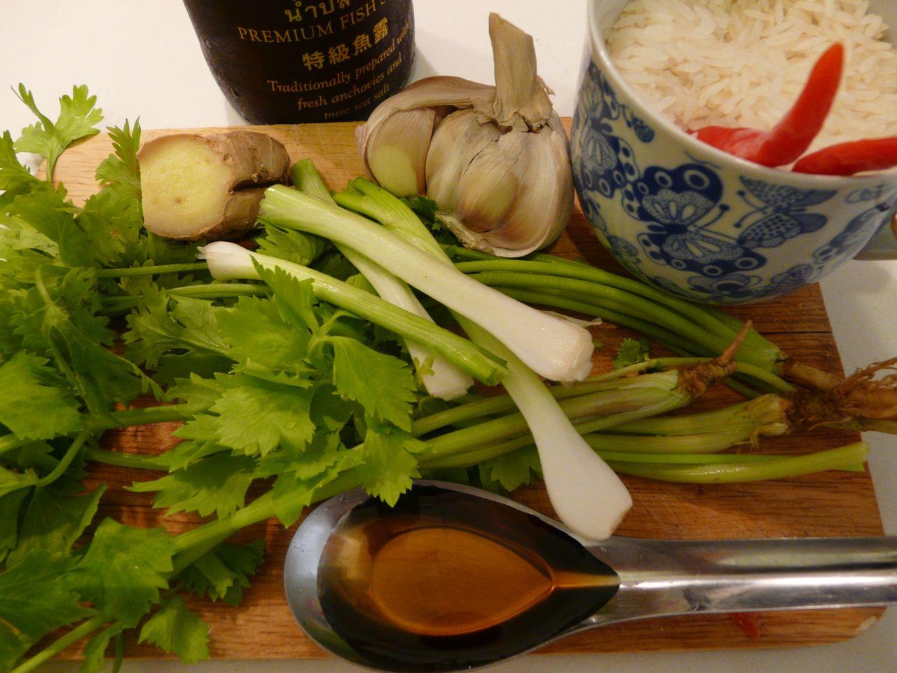 Zum anrichten und dekorieren der  Khao Tom mit Ingwer Reissuppe