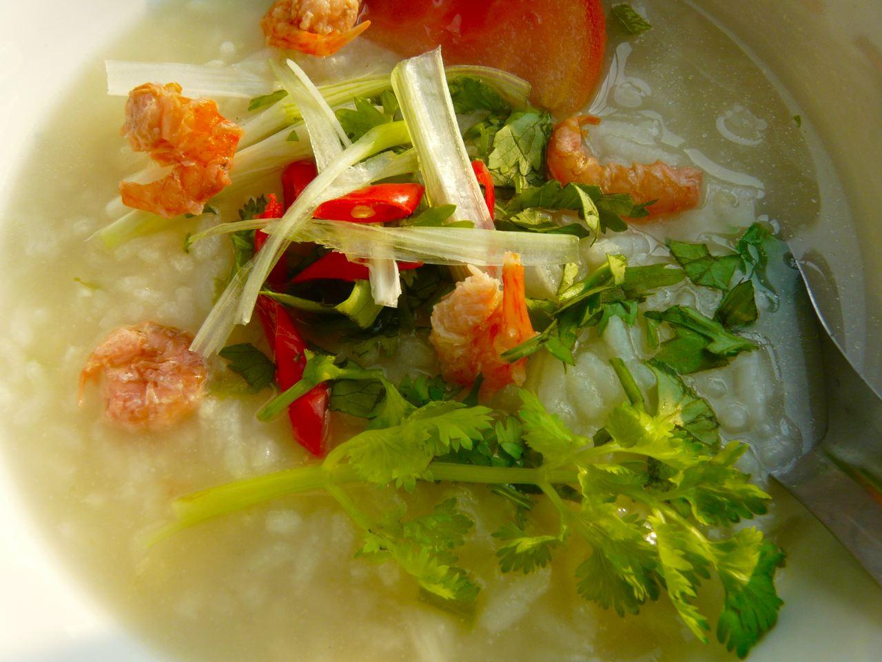 fertig angerichtet Reissuppe, wer mag gibt kleine getrocknete Krabben drauf oder gekochte Garnelen