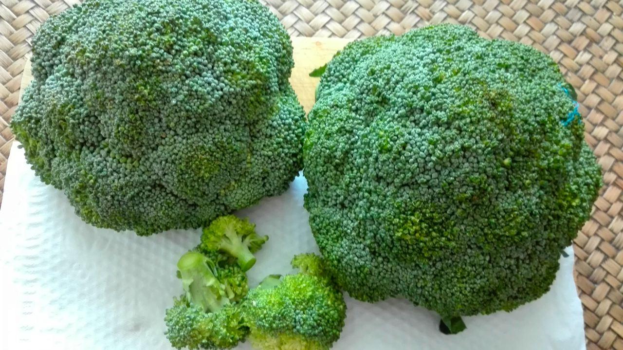 Zwei Köpfe Brokkoli in Röschen zerkleinern