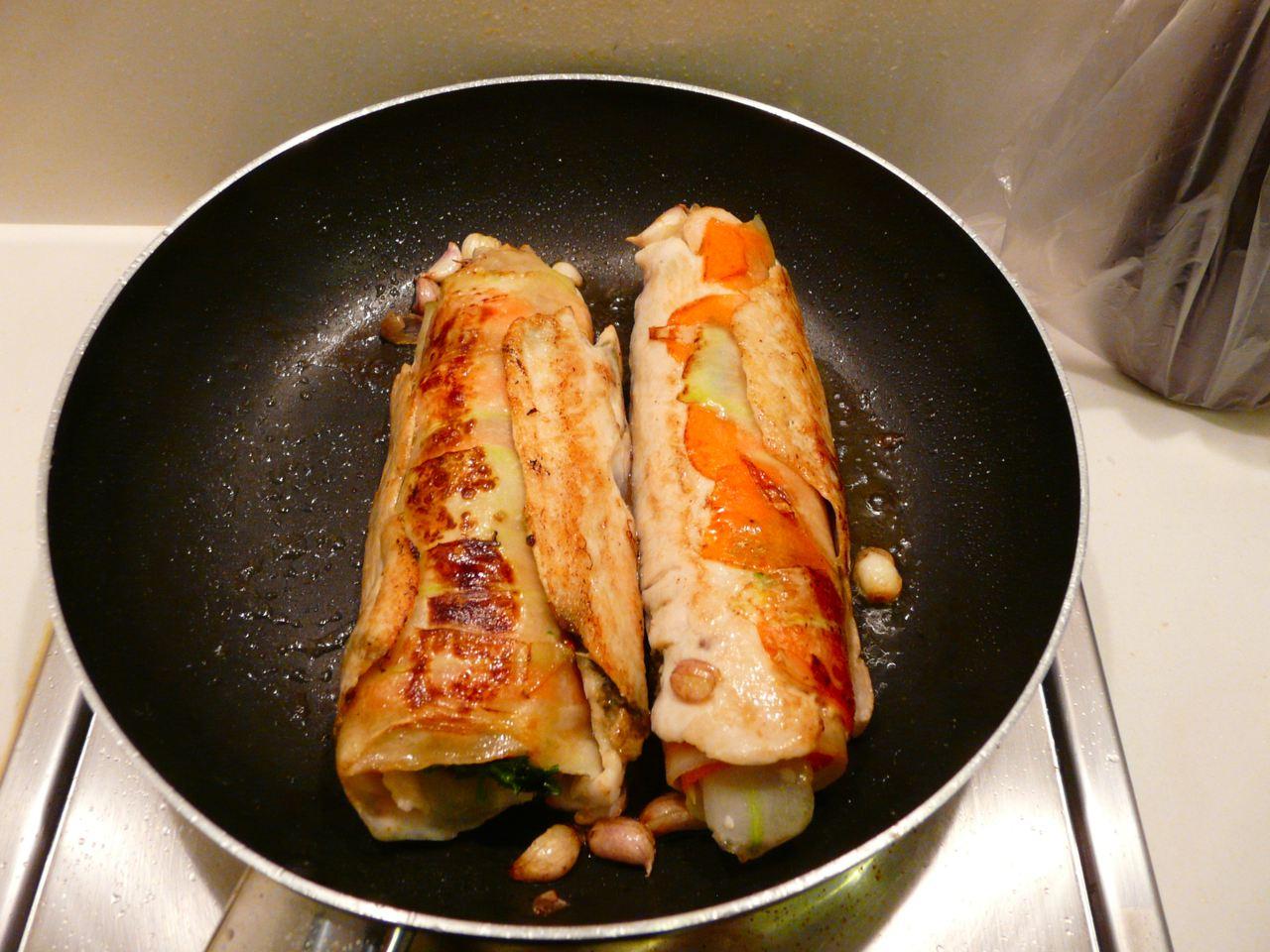 Fertig gebratene  Chicken Roulade, ShiitaePilze und kleine rote Schalotten andünsten
