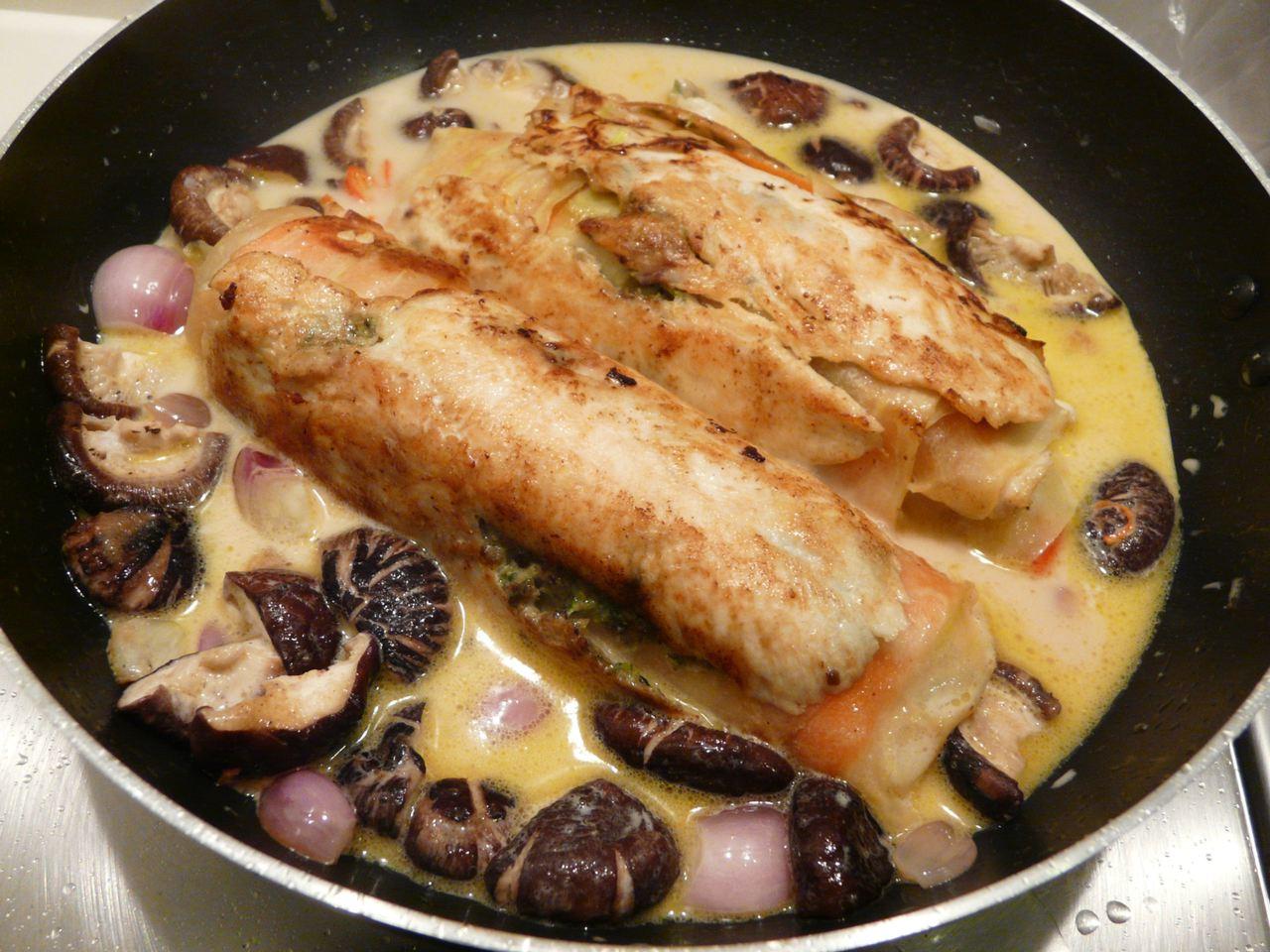 Die Sauce 5 Minuten köcheln mit frischer Chili, gemörserten schwarzen Pfeffer und etwas Austernsauce würzen abschmecken