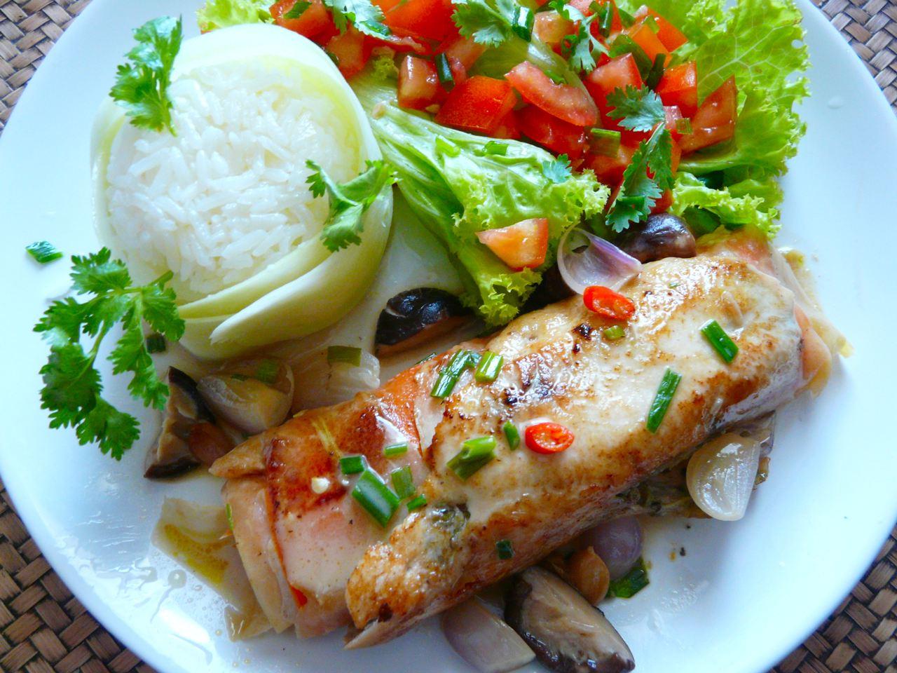 Anrichten Beilage Jasminreis, Salat und die Chickenroulade mit Sauce .