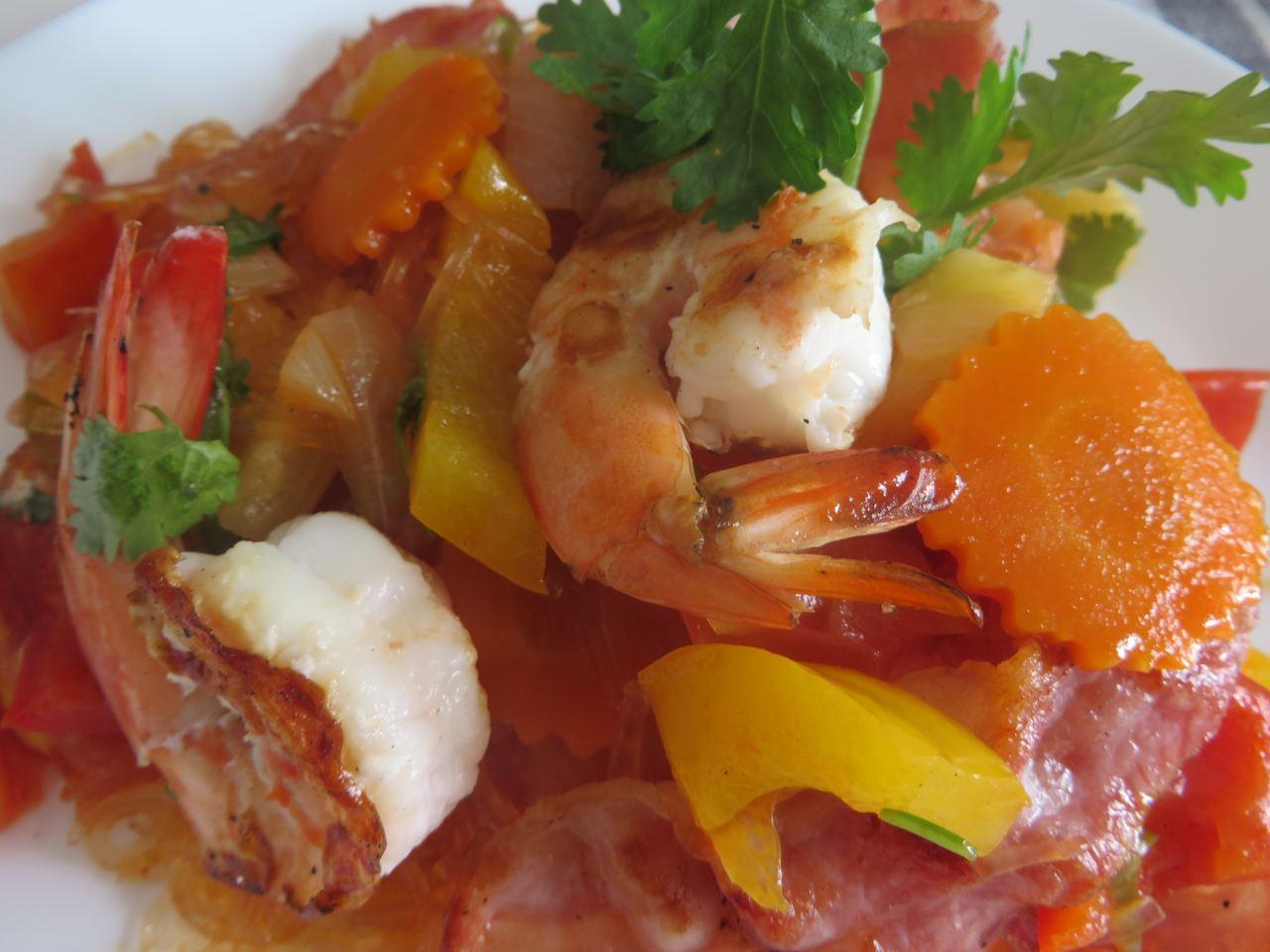 Süß-sauer Gemüse mit Garnelen und Bacon.