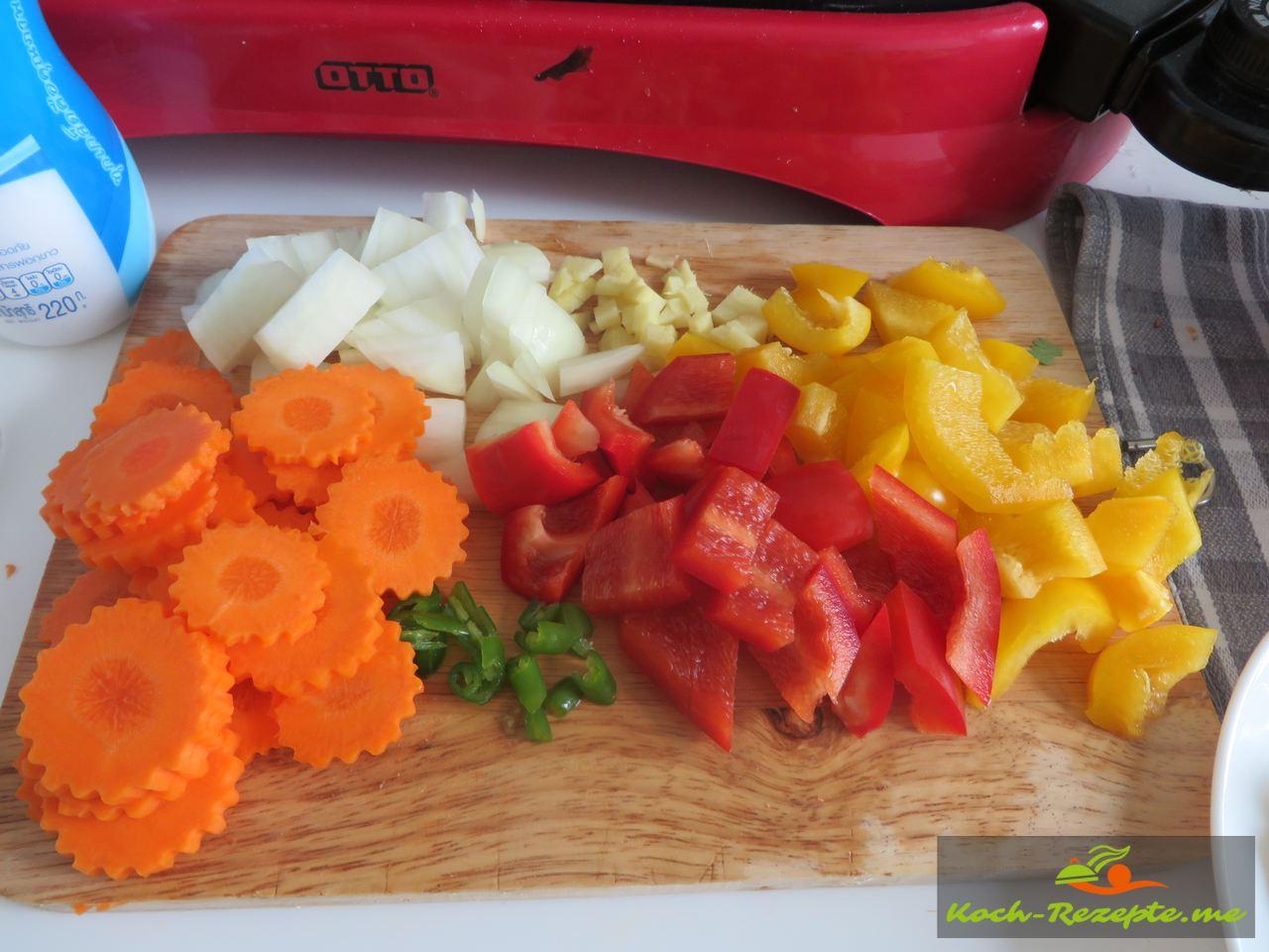 Das Gemüse wird fein geschnitten für  Süß-sauer Gemüse mit Garnelen und Bacon.