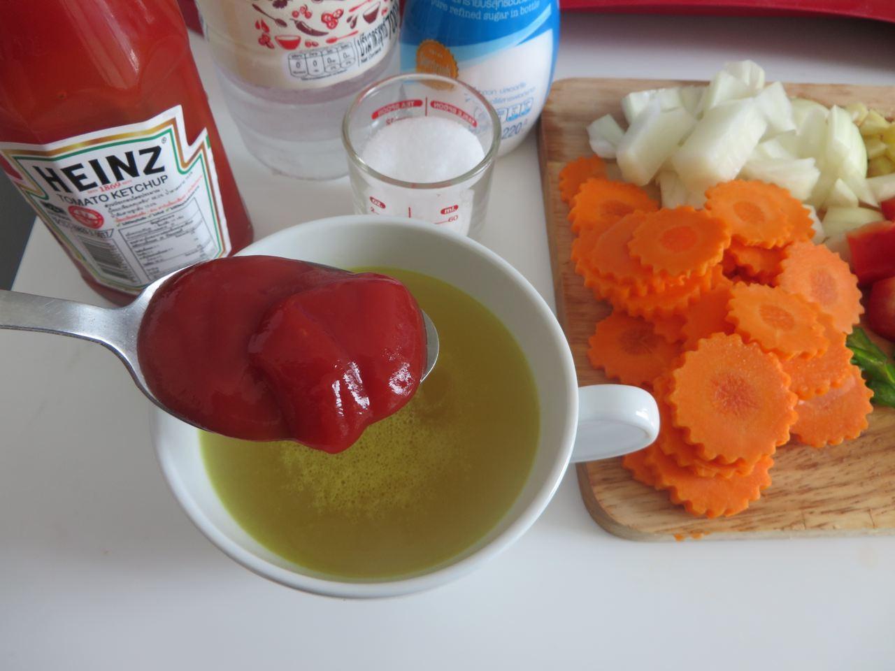 Die Sauce herstellen Hühnerbrühe mit Ketchup verfeinern