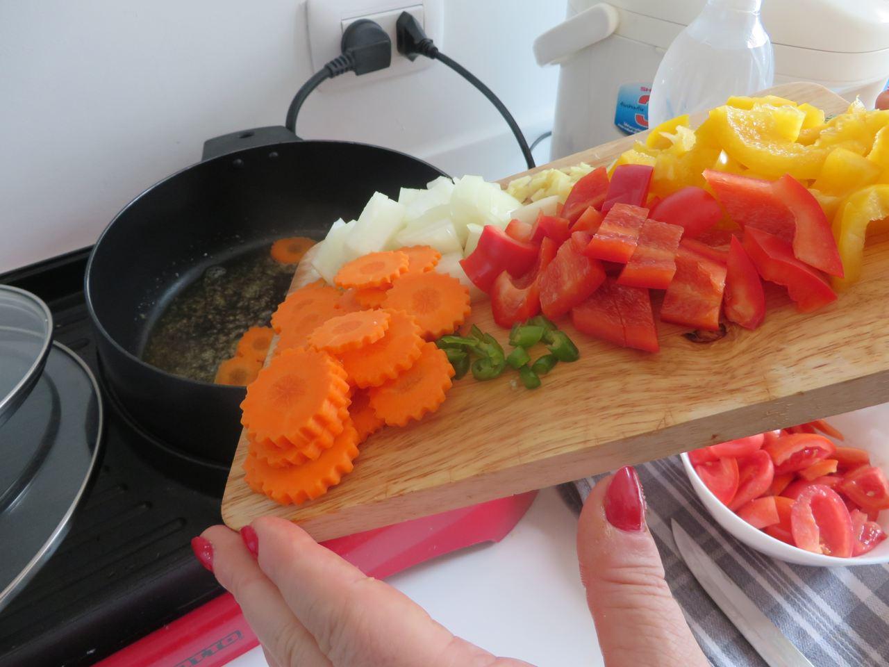 In den Topf das Gemüse dünsten für  Süß-sauer Gemüse mit Garnelen und Bacon.
