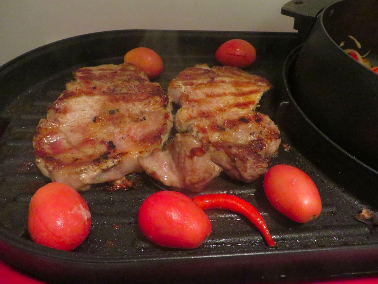 gegrillte Schweineschnitzel und gegrillte Tomaten