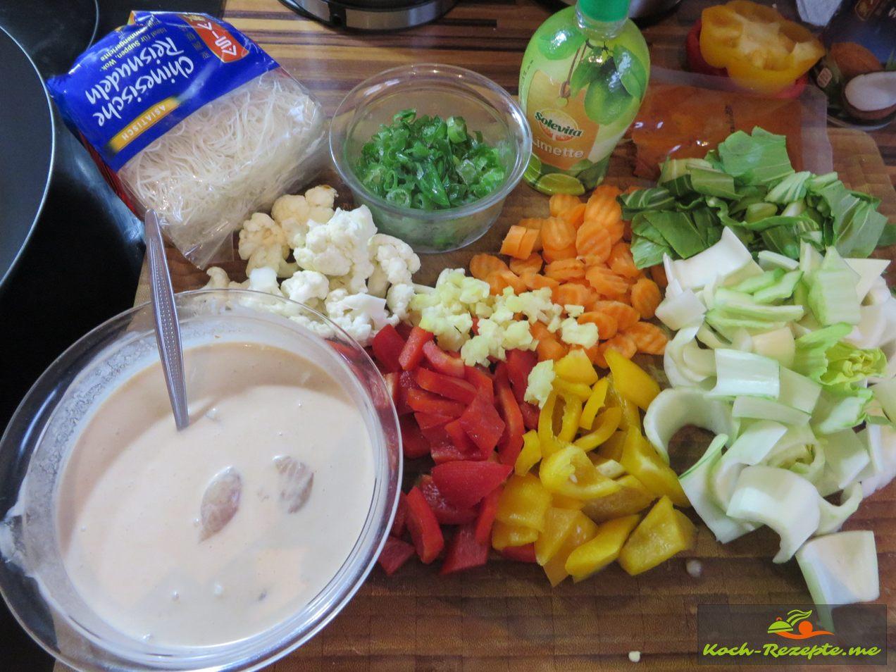 Zutaten:Kokosmilch,Hähnchenfilet,Paprika,Ingwer, Chili, Frühlingszwiebel,Pak Choi, Möhren,Blumenkohl,Limettensaft