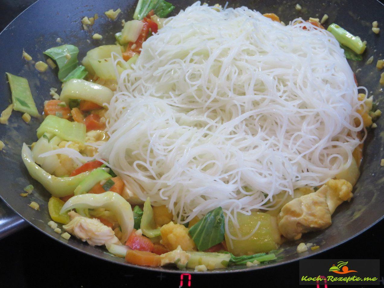 die Reisnudeln unters Pak Choi Gemüse heben