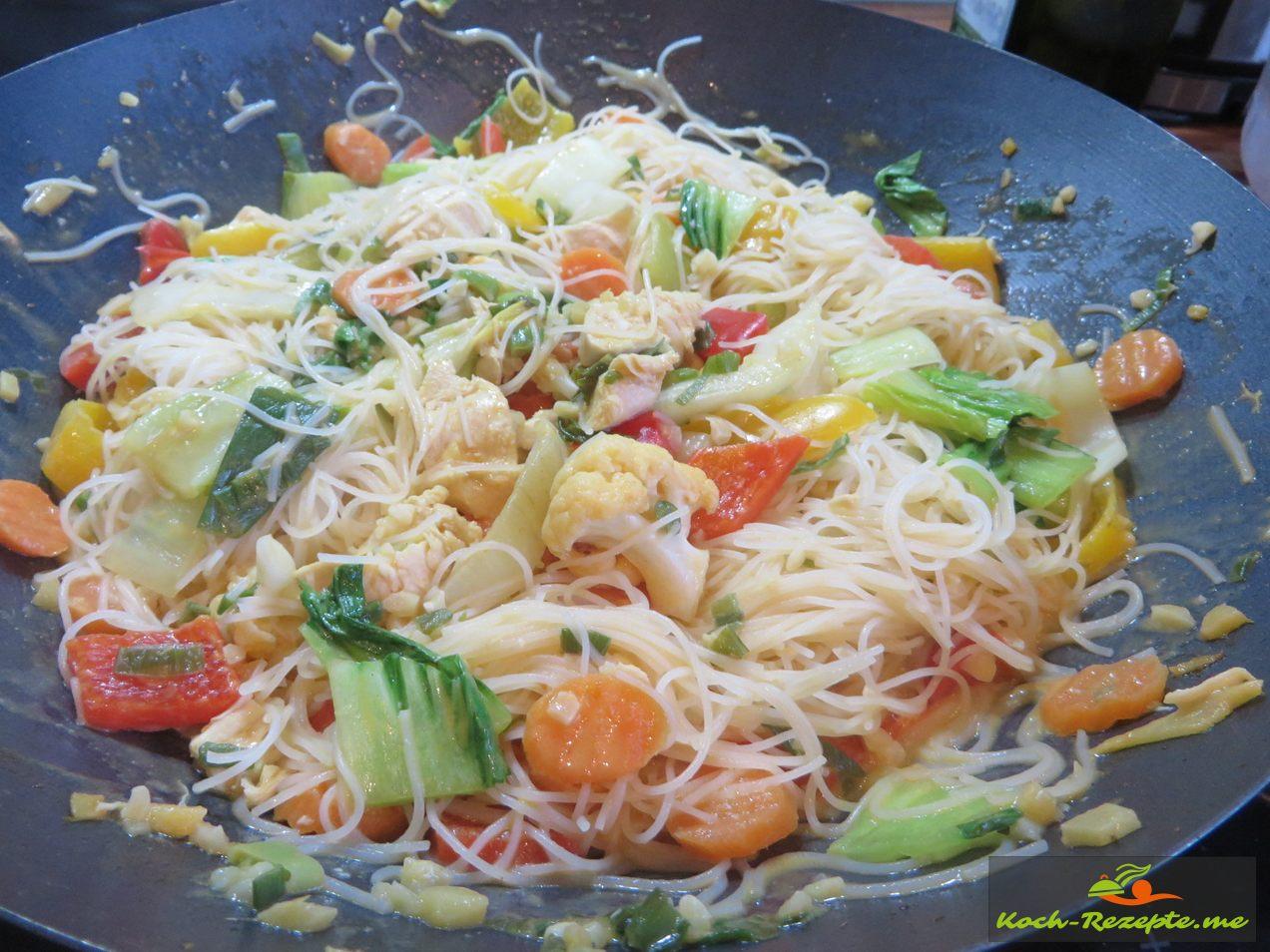 fertig ist das Pak Choi Rezept Thai, Zubereitung mit Huhn, Kokosmilch und Glasnudeln