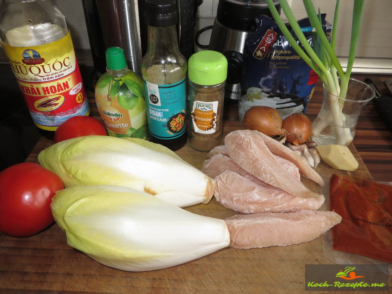 Zutaten: Chicoree,Ingwer,Zwiebeln,Hähnchenfilet,Frühlingszwiebeln,Tomaten, Kokosöl,Koriander , Fertige Teriyaki Honig Sauce.