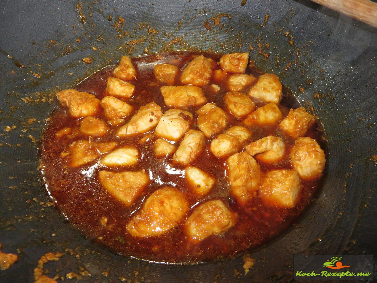 Dann die Teriyaki Honig Sauce darübergießen und auf eine seperaten Schüssel stellen