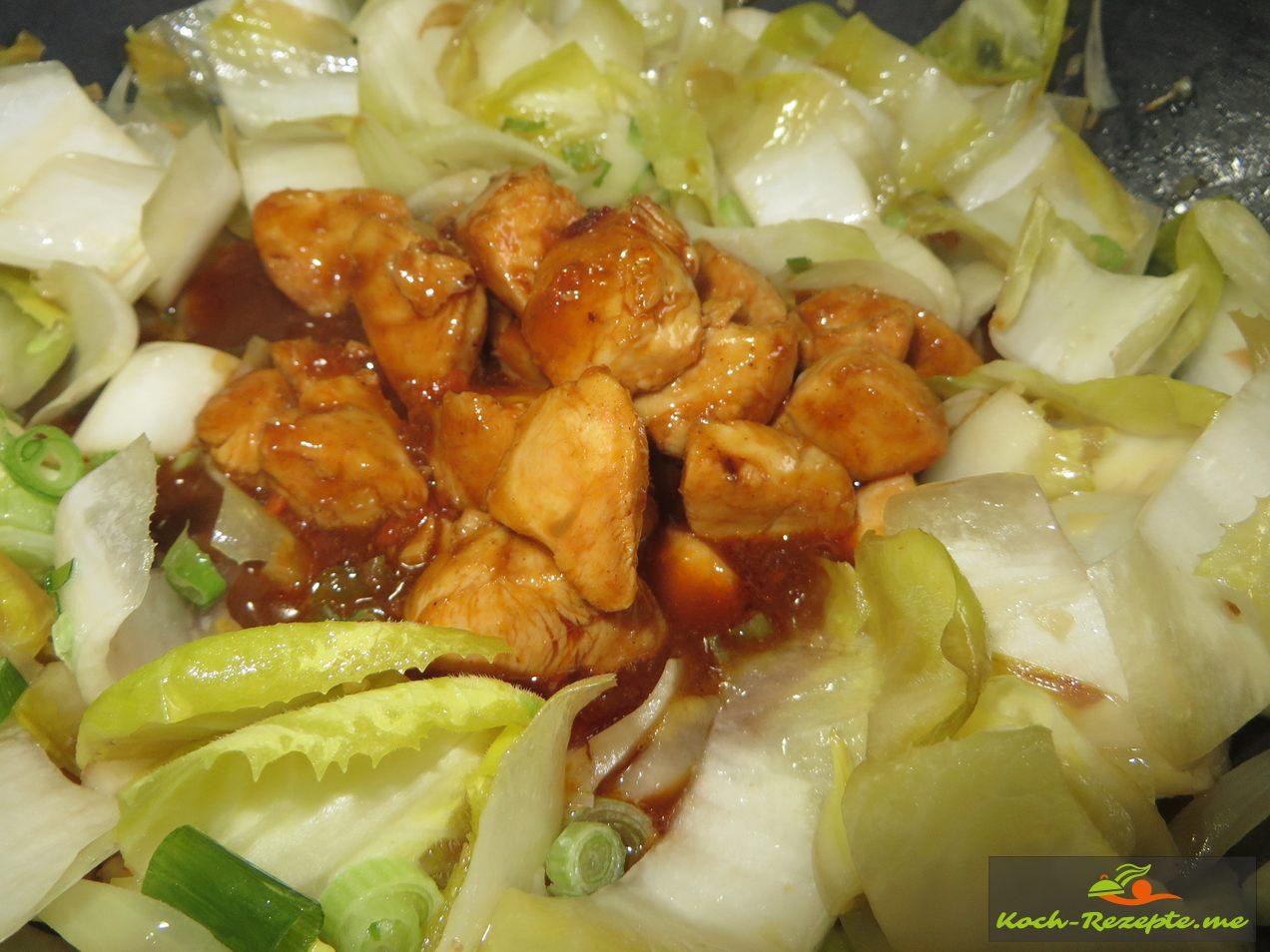 Hähnchen mit Sauce in die Mitte geben kurz aufkochen